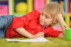 Gullig pojketeckning med blyertspennor Fotografering för Bildbyråer