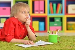 Gullig pojketeckning med blyertspennor Royaltyfri Foto