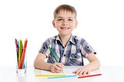 Gullig pojketeckning med färgglade blyertspennor Royaltyfri Bild