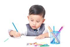 Gullig pojketeckning med färgrika färgpennor Fotografering för Bildbyråer