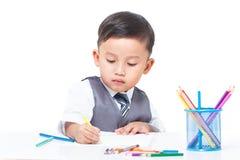 Gullig pojketeckning med färgrika färgpennor Royaltyfria Bilder