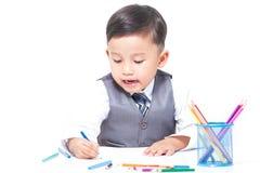 Gullig pojketeckning med färgrika färgpennor Royaltyfri Foto