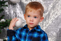 Gullig pojkeungejul Arkivfoto