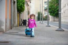 Gullig pys med en bagagepåse Royaltyfri Fotografi