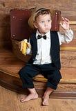 Gullig pys med en banan. Arkivbild