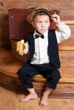 Gullig pys med en banan. Arkivfoto