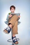 Gullig pys med en tabletPC Royaltyfri Fotografi