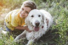 Gullig pys som spelar med hans husdjur arkivfoton