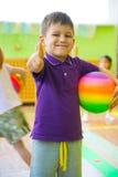 Gullig pys som spelar på daycareidrottshallen Royaltyfri Fotografi