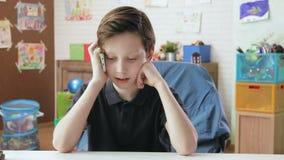 Gullig pys som talar på telefonen med hans mum arkivfilmer