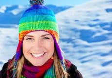 gullig rolig flicka för jul som har utomhus- ferier Arkivfoton