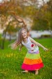 gullig rolig flicka som har little parksommar Fotografering för Bildbyråer