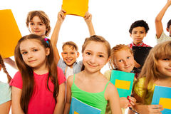 Gullig rolig gruppstående av skolaungar Arkivbild