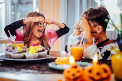 Gullig rolig syskongrupp som spelar trick, medan ha allhelgonaaftonpartiet royaltyfri foto