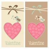 Gullig romantikeruppsättning av kort för valentinfödelsedagbröllop, inbjudningar, med fågeln och blom- hjärta, illustration Arkivbilder