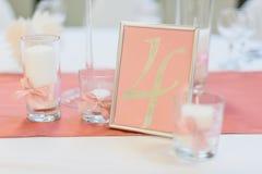 Gullig rosa vykort med stearinljus och band gifta sig för trappa för stående för brudbegreppsklänning Royaltyfri Bild