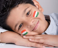 Gullig seende indisk unge med den indiska flaggan Arkivbild