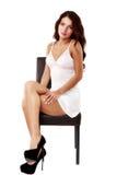 Gullig sexig kvinna i damunderkläder som isoleras på vit Arkivfoton