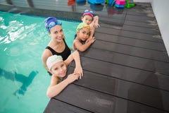 Gullig simninggrupp och le för lagledare Arkivfoton
