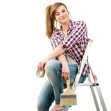 gullig sitting för kvinnligstegemålare Royaltyfria Bilder