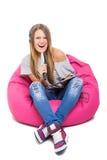Gullig sjungande karaoke för tonårs- flicka med mikrofonen för hårborste Royaltyfri Foto