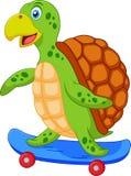 Gullig sköldpaddatecknad film med skateboarden Stock Illustrationer