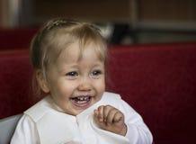 Gullig skratta litet barnflicka Royaltyfri Foto