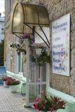 Gullig skyltfönster i en liten stad Royaltyfri Fotografi