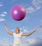 Gullig smilling brunettewith den rosa bollen Royaltyfri Bild