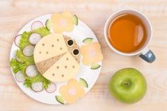 Gullig smörgås för ungar i en form av en nyckelpiga Arkivbilder