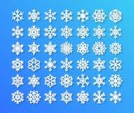 Gullig snöflingasamling på blå bakgrund Plana snösymboler, snö flagar konturn Trevliga snöflingor för stock illustrationer