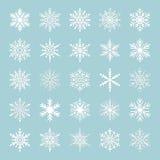 Gullig snöflingasamling som isoleras på blå bakgrund Plana snösymboler, snö flagar konturn Trevliga snöflingor för julbann vektor illustrationer
