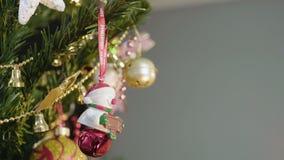 Gullig snögubbe för nytt år som studsar lyckligt på julgranen, leksak för vinterferie lager videofilmer