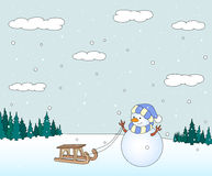Gullig snögubbe med släden i en snöig skogjulvykort Royaltyfria Bilder