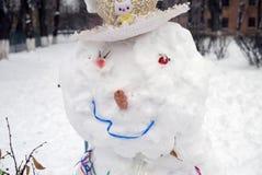 Gullig snögubbestående arkivbild