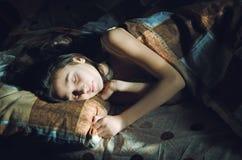 Gullig sova flicka i säng royaltyfri foto