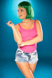 Gullig spenslig ung kvinna med den gröna peruken Royaltyfri Bild