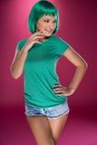 Gullig spenslig ung kvinna med grönt hår Arkivfoto