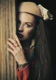 gullig stående för brunett royaltyfri fotografi