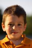 gullig stående för pojke royaltyfri bild