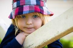 gullig stående för pojke Arkivbild