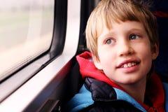 gullig stående för pojke fotografering för bildbyråer