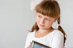 gullig ståendepreteenschoolgirl royaltyfri foto