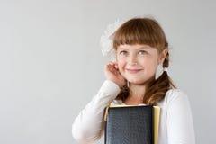gullig ståendepreteenschoolgirl arkivbild