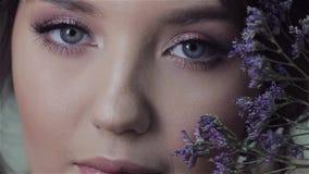 Gullig st?enden?rbild f?r ung kvinna, ny v?rbild med blommor stock video