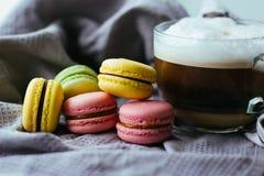 Gullig stilleben med kaffe och makron Royaltyfri Bild