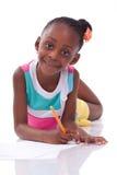 Gullig svart afrikansk amerikanliten flickateckning - afrikanskt folk Arkivfoto
