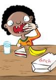 Gullig svart flicka som har lunch i skola Arkivfoton