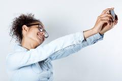 Gullig svart kvinna som tar fotoet av henne Royaltyfri Fotografi