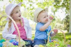 Gullig syskongrupp Enjoy Easter Eggs utanför royaltyfri foto